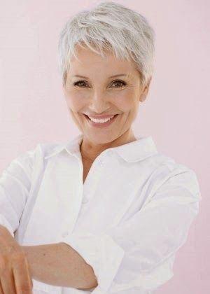 Femme 50 Ans Naturally White Silver Grey Hair Nouveaux Styles Coupes De Cheveux Courtes Pour 2014 Magazine Moms Inspiration Pour Parents Modern Mom Fashion Lifestyle Magazine