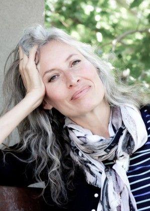 Coupe courte cheveux gris femme 40 ans