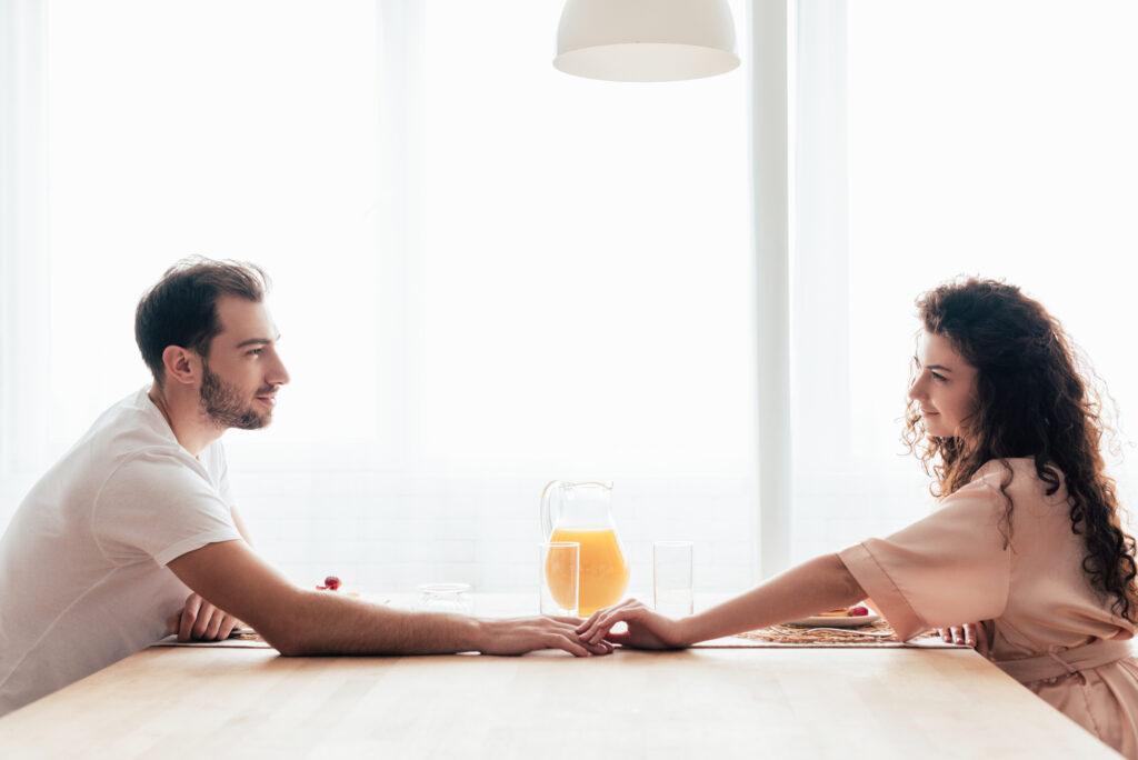 """Et s'il y avait quelque chose que votre mari souhaitait vraiment de votre part? Quelque chose de simple mais important? Voici ce qu'il pourrait vous dire s'il ne pouvait que .... via @ Club31Women """"data-pin-description ="""" Et s'il y avait quelque chose que votre mari souhaitait vraiment de votre part? Quelque chose de simple mais important? Voici ce qu'il pourrait vous dire s'il ne pouvait que .... via @ Club31Women """"data-pin-nopin ="""" """"data-pin-url ="""" https://club31women.com/husband-actually-wishes/ """"src = """"https://moms.tn/wp-content/uploads/2019/09/Maison-Ce-que-votre-mari-souhaite-reellement-de-vous.png"""" /><noscript><p><img class="""