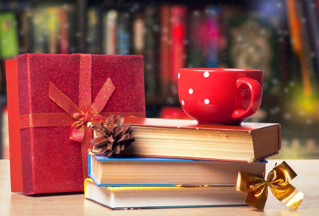 """À la recherche de merveilleux livres de Noël cette année? Voici une liste fantastique de véritables trésors: famille, livres pour enfants, lectures à voix haute, classiques, et plus encore! via @ Club31Women """"data-pin-description ="""" Vous cherchez de merveilleux livres de Noël cette année? Voici une liste fantastique de véritables trésors: famille, livres pour enfants, lectures à voix haute, classiques, et plus encore! via @ Club31Women """"data-pin-nopin ="""" """"data-pin-url ="""" https://club31women.com/favorite-christmas-books/ """"src ="""" https://club31women.com/wp-content/uploads /All- Time -Favorite-Christmas-Books-Youll-Be-Sure-to-Love.png """"/><noscript><p><b>Je suis le genre de personne qui reporte la décoration de Noël jusqu'à la dernière minute.</b> (Et si nous allons «au-dessus du fleuve et des bois» chez mes parents, je finis généralement par décider que la crèche est la seule et unique boîte à décorer que nous allons déballer pour l'année.)</p><p><b>Mais nous avons plus de livres de Noël qu'il n'y a de jours de l'Avent.</b></p><p>Et je suis toujours triste de n'avoir jamais le temps de tous les lire entre Thanksgiving et Noël.</p><p>Donc, cette année, j'ai sorti la boîte de livres de Noël lorsque nous avons reporté le calendrier en novembre. Nous allons mettre de côté toutes nos autres lectures et nous immerger dans les histoires de la saison.</p><p>Je suis sûr que nous partageons tous un amour pour le classique de Dickens.  <i> Le chant de Noël</i> (S'il vous plaît, dites-moi que vous possédez la belle interprétation de Radio Theater!). Et j'espère que votre bibliothèque contient <i> Le miracle de Noël de Jonathan Toomey</i> et <i> Une nuit d'hiver</i>. Mais ici, je voulais partager quelques-uns de nos livres de Noël préférés qui sont un peu plus rares.</p><p><b>Peut-être trouverez-vous un titre ou deux que vous souhaitez ajouter à votre collection…</b></p><p><img class="""