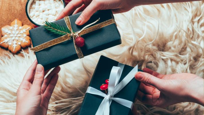"""Quel serait le cadeau """"parfait"""" pour vos soeurs et amis cette année? Quelque chose de spécial, mais pas cher aussi? Voici 12 idées pour des cadeaux significatifs! via @ Club31Women """"data-pin-description ="""" Quel serait le cadeau """"parfait"""" pour vos soeurs et amis cette année? Quelque chose de spécial, mais pas cher aussi? Voici 12 idées pour des cadeaux significatifs! via @ Club31Women """"data-pin-url ="""" https://club31women.com/on-my-gift-list-what-to-get-votre-sister-sister-in-law-et-friends-this-year / """"src ="""" https://moms.tn/wp-content/uploads/2019/12/Maison-12-idees-cadeaux-parfaites-que-donner-a-toutes.png """"/ ><noscript><p><em>Lorsque vous ne savez pas quel cadeau acheter votre sœur ou vos amis, ce guide devrait vous aider à démarrer!</em></p><p><img class="""