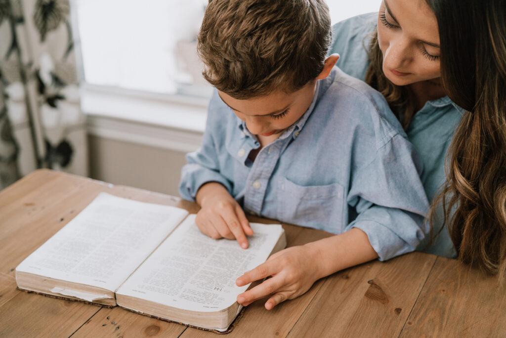 """Comment pouvez-vous aimer la Bible et faire entrer la Parole de Dieu dans le cœur de votre famille? Connaître la parole de Dieu est une joie et une bénédiction et cela vous encouragera! via @ Club31Women """"data-pin-description ="""" Comment pouvez-vous aimer la Bible et faire entrer la Parole de Dieu dans le cœur de votre famille? Connaître la parole de Dieu est une joie et une bénédiction et cela vous encouragera! via @ Club31Women """"data-pin-url ="""" https://club31women.com/help-family-love-bible-heart-mind/ """"src ="""" https://club31women.com/wp-content/uploads/How -pour-aider-votre-famille-à-aimer-la-Bible-avec-les-deux-coeur-et-esprit.png """"/><noscript><p><strong><img class="""