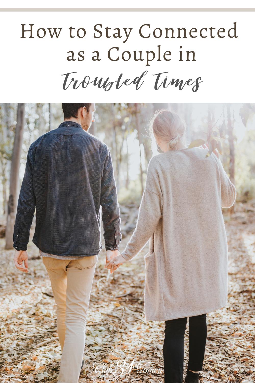 Lorsque des moments difficiles surviennent, il est encore plus vital d'être intentionnel de se connecter en tant que couple afin de ne pas vous séparer.  via @ Club31Women