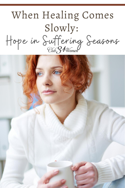 Au milieu d'une période d'incertitude et de souffrance, la guérison est parfois lente et régulière.  Parfois, nous devons nous pencher et lever les yeux.  via @ Club31Women