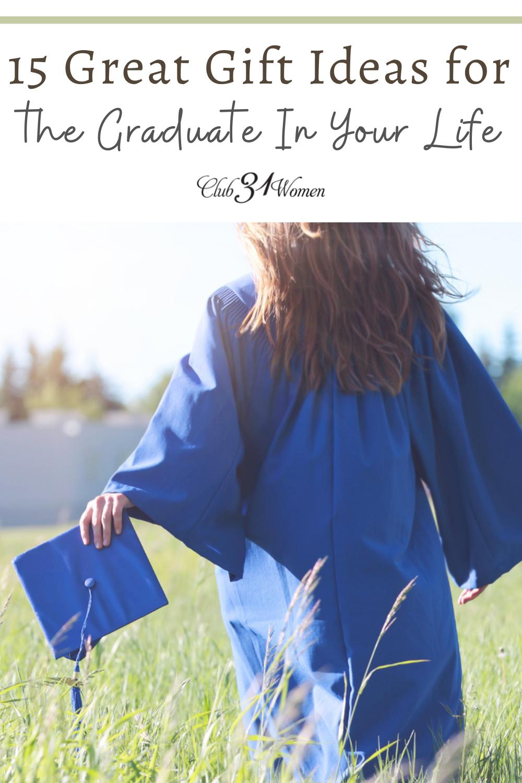 Avez-vous un diplômé dans votre vie cette année?  Il peut être déroutant et accablant de connaître la meilleure façon de les célébrer, alors voici une liste d'idées cadeaux pour vous aider à démarrer!  via @ Club31Women